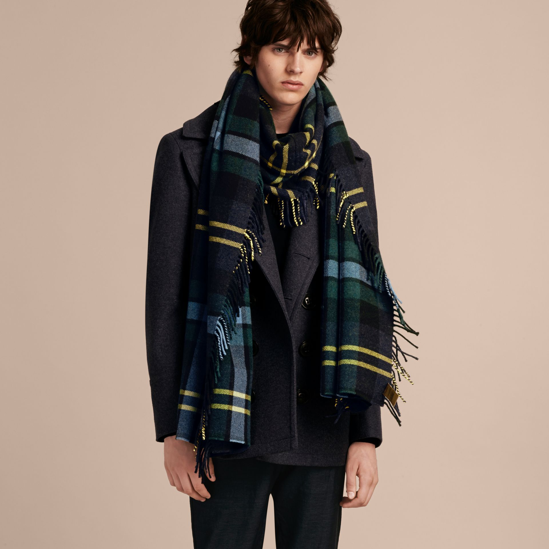 Inchiostro Sciarpa con frange in lana e cashmere con motivo tartan oversize Inchiostro - immagine della galleria 3