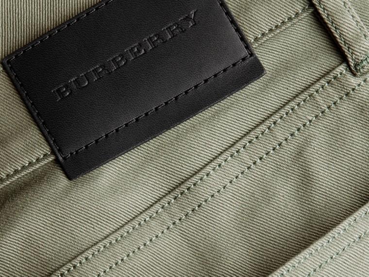 Eukalyptusgrün Körperbetonte Jeans aus japanischem Stretchdenim Eukalyptusgrün - cell image 1