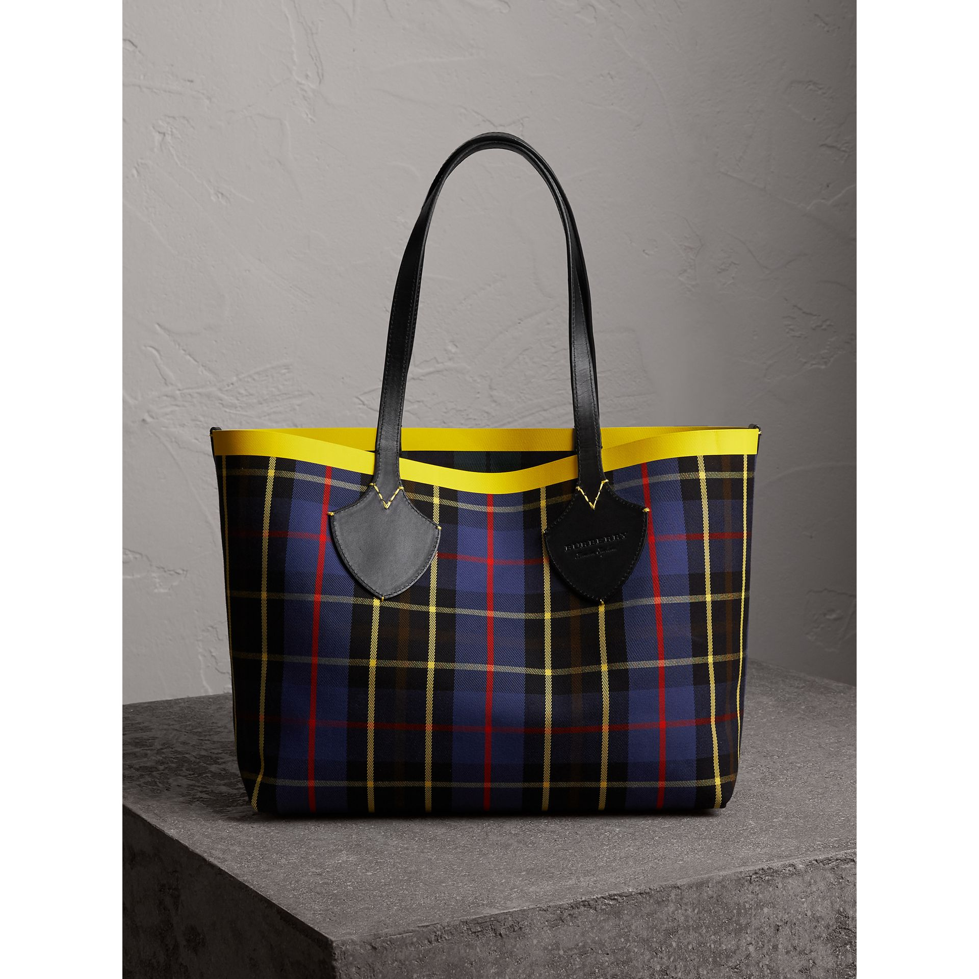 The Medium Giant Reversible Tote in Tartan Cotton in Racing Green/cobalt Blue | Burberry - gallery image 4