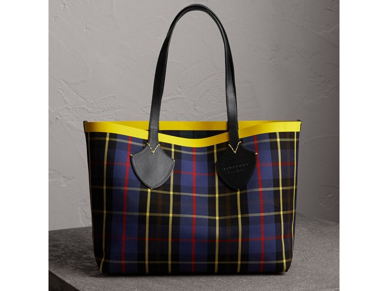 The Medium Giant Reversible Tote in Tartan Cotton in Racing Green/cobalt Blue | Burberry - cell image 4