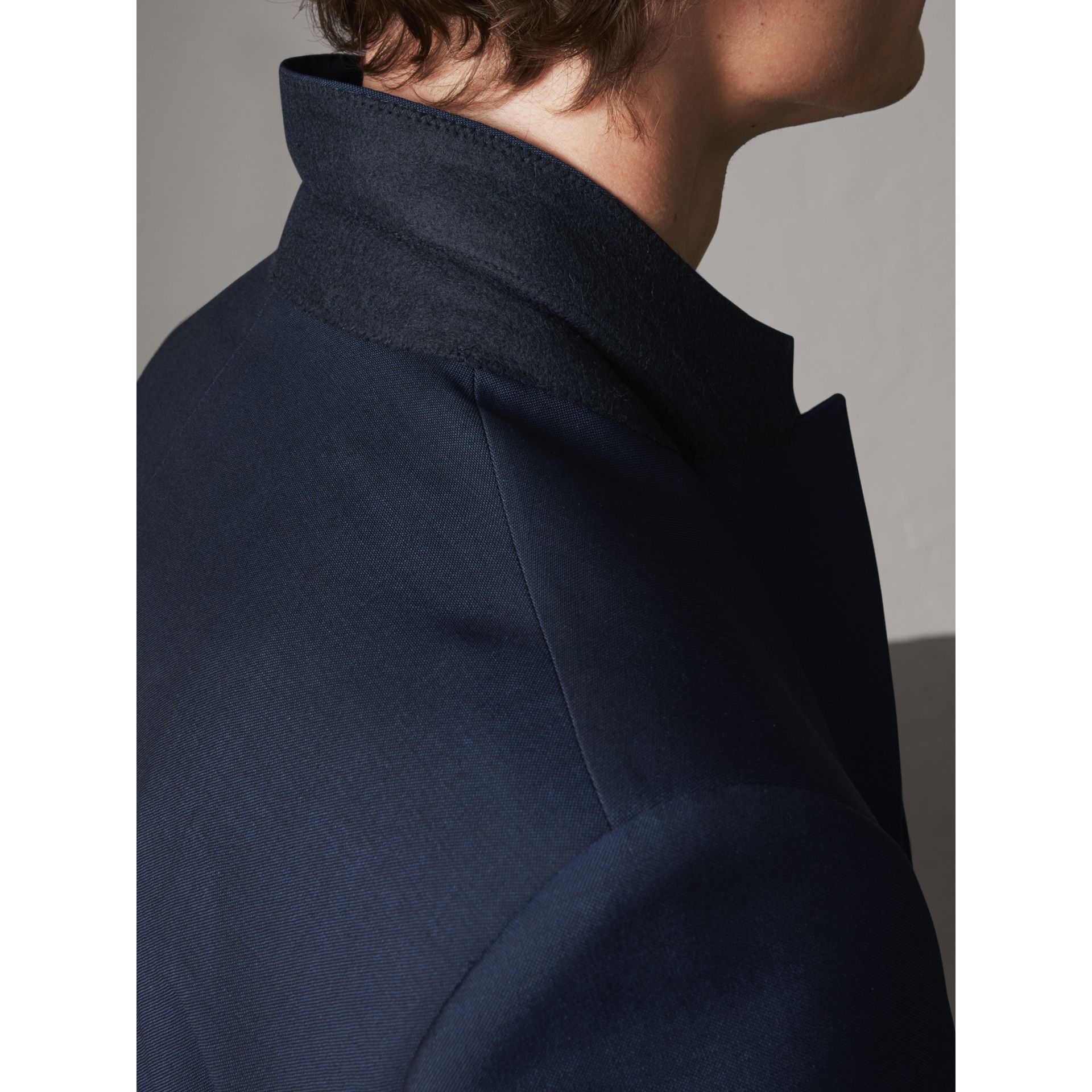 Costume de coupe moderne en laine et mohair (Marine Royal) - Homme | Burberry - photo de la galerie 4