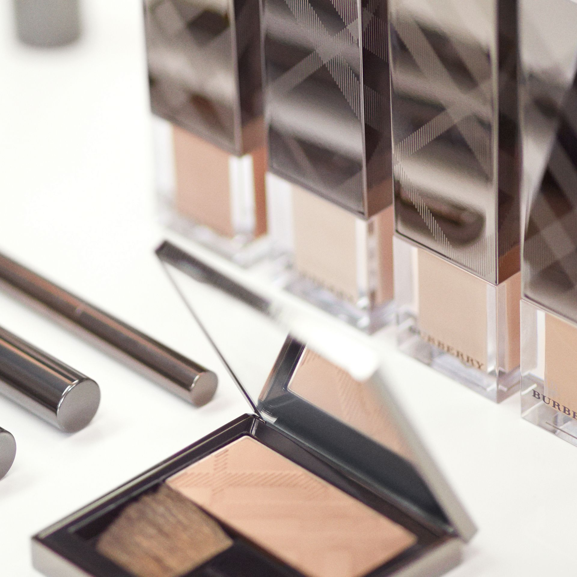 Fresh Glow Foundation mit LSF 15 PA+++ – Ochre Nude No.12 - Damen | Burberry - Galerie-Bild 4