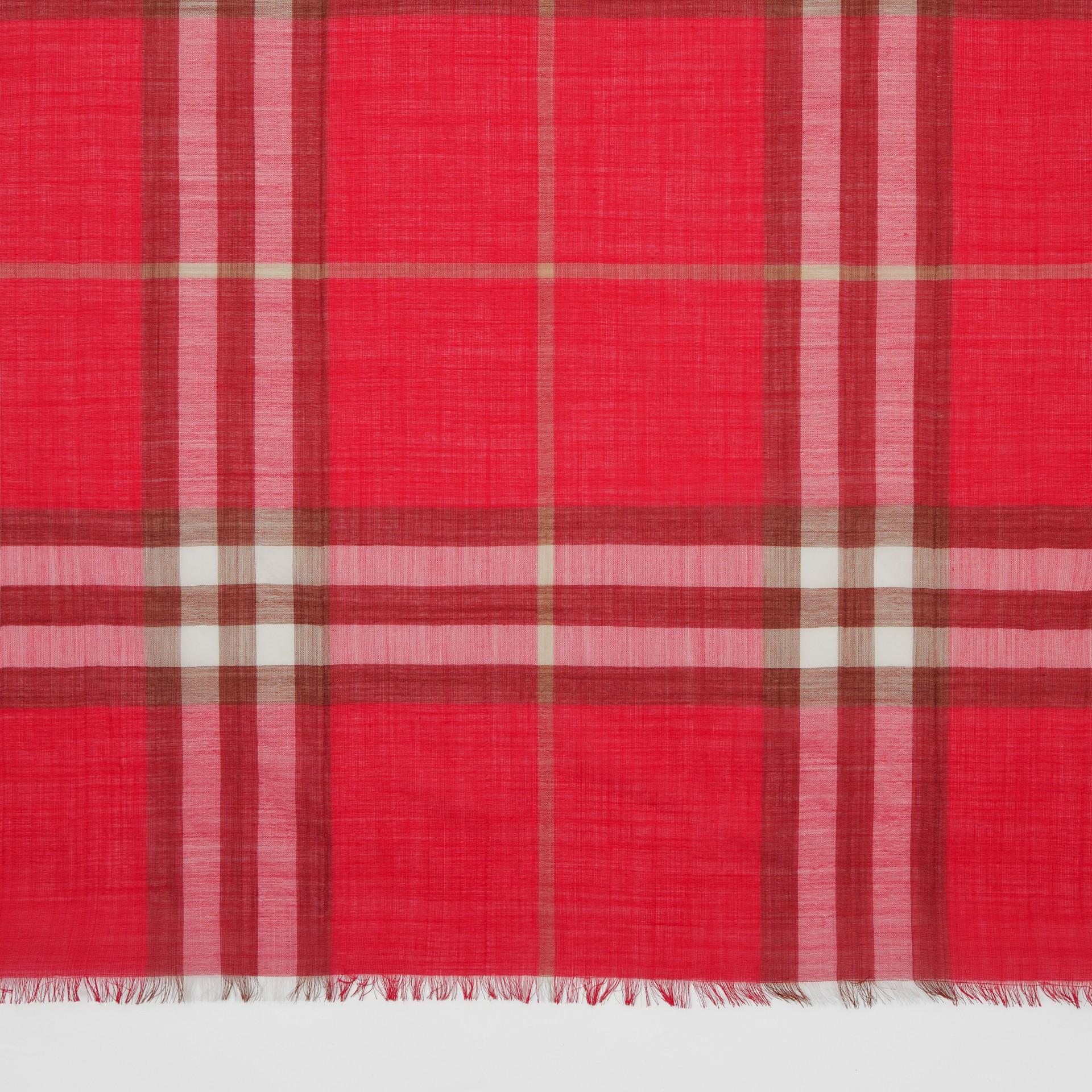 ライトウェイト チェック ウールシルク スカーフ (ブライトレッド) | バーバリー - ギャラリーイメージ 1