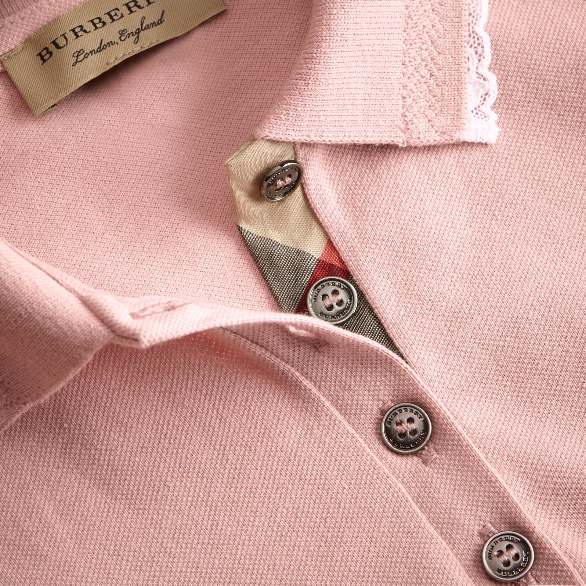 Camisa polo de algodão com detalhe de renda e xadrez (Nude) - Mulheres | Burberry - galeria de imagens 1