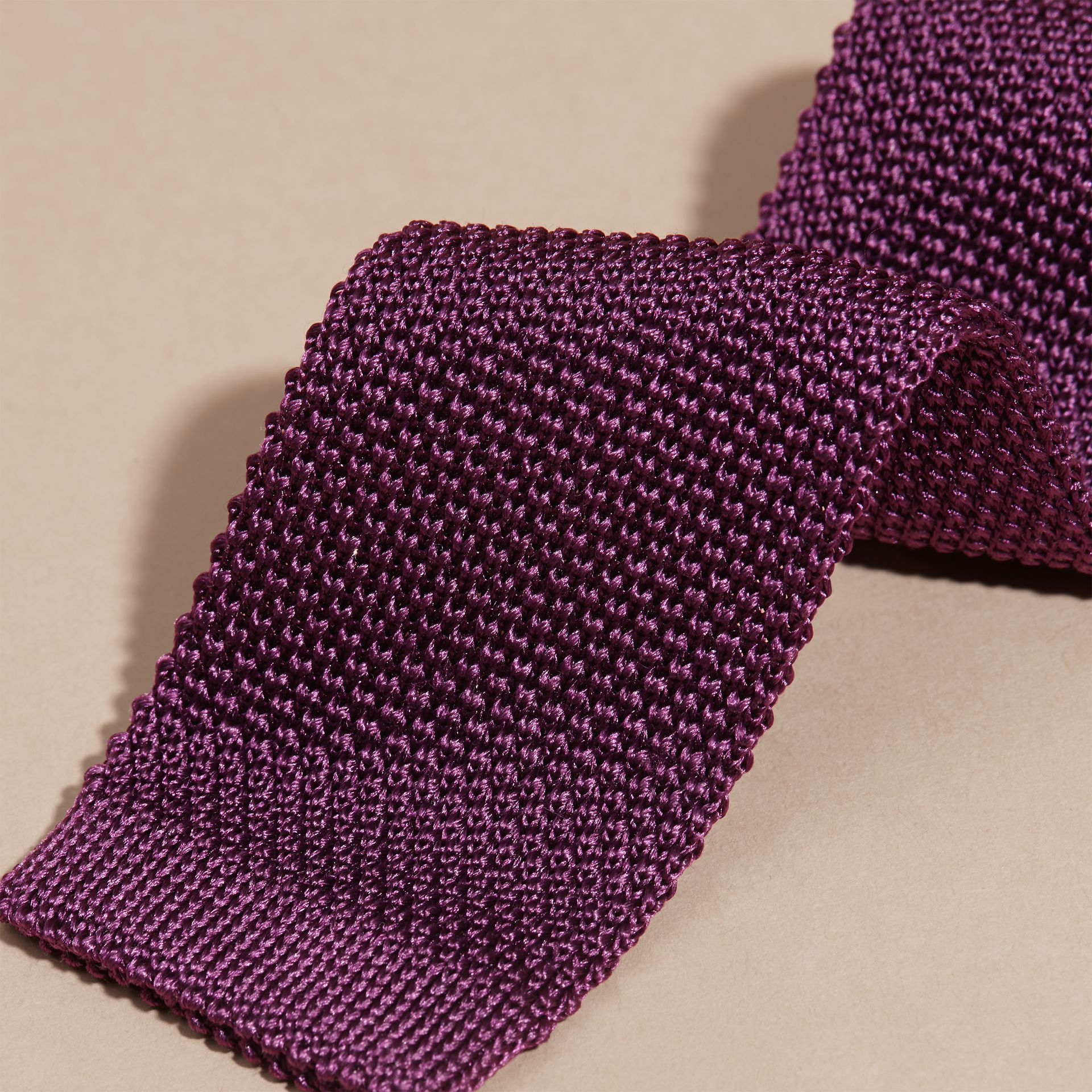 Viola scuro Cravatta dal taglio sottile in seta lavorata a maglia Viola Scuro - immagine della galleria 2