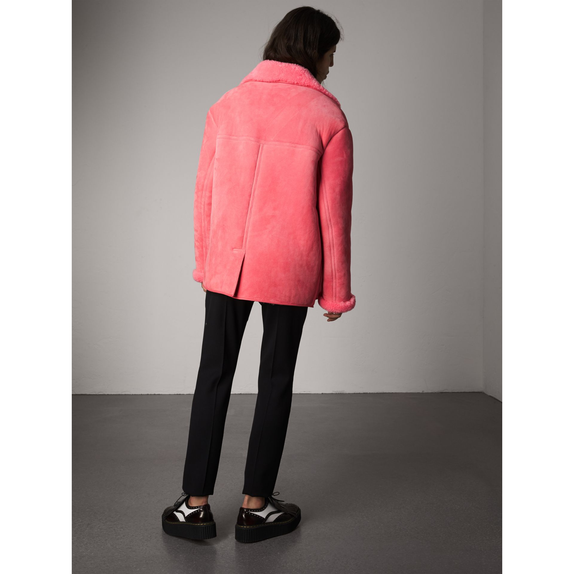 Jaqueta oversize de shearling com detalhe em couro (Rosa Acobreado) - Mulheres | Burberry - galeria de imagens 2