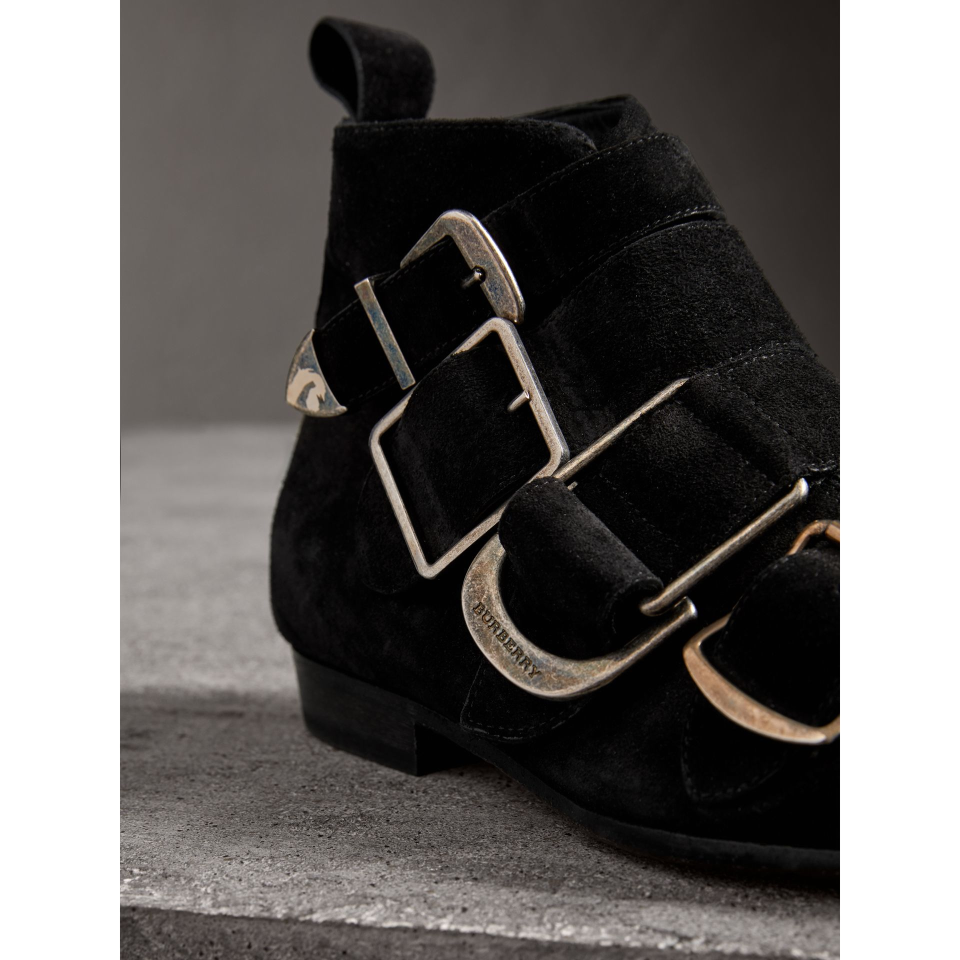 Bottines en cuir velours avec boucles (Noir) - Femme | Burberry Canada - photo de la galerie 1