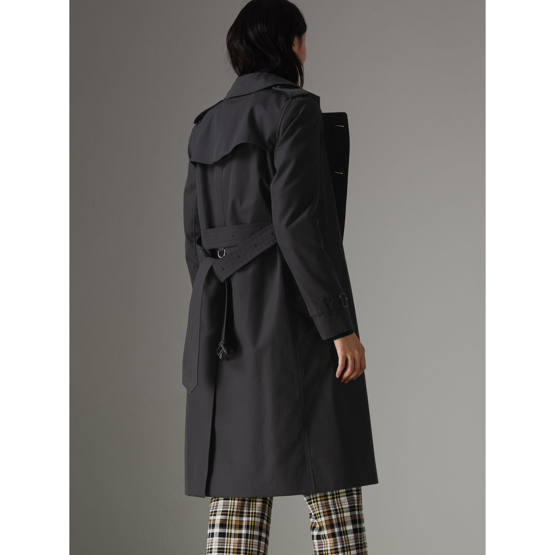 The Long Kensington Heritage Trench Coat in Midnight - Women | Burberry United Kingdom - gallery image 2
