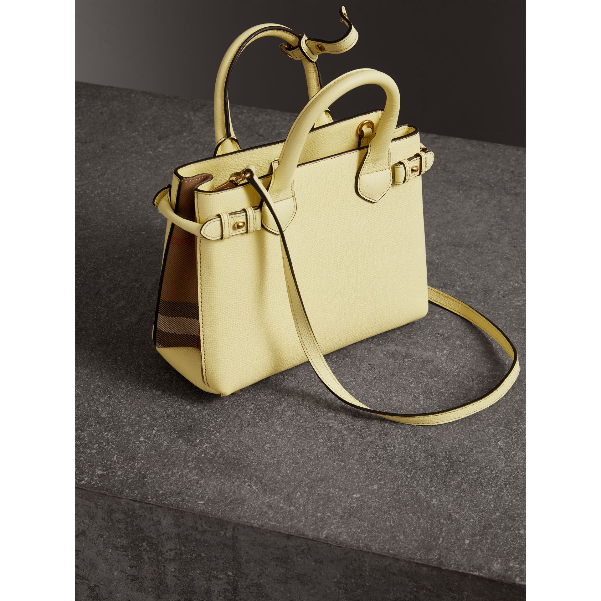 Petit sac The Banner en cuir et coton House check (Jaune Camomille) - Femme | Burberry - photo de la galerie 3