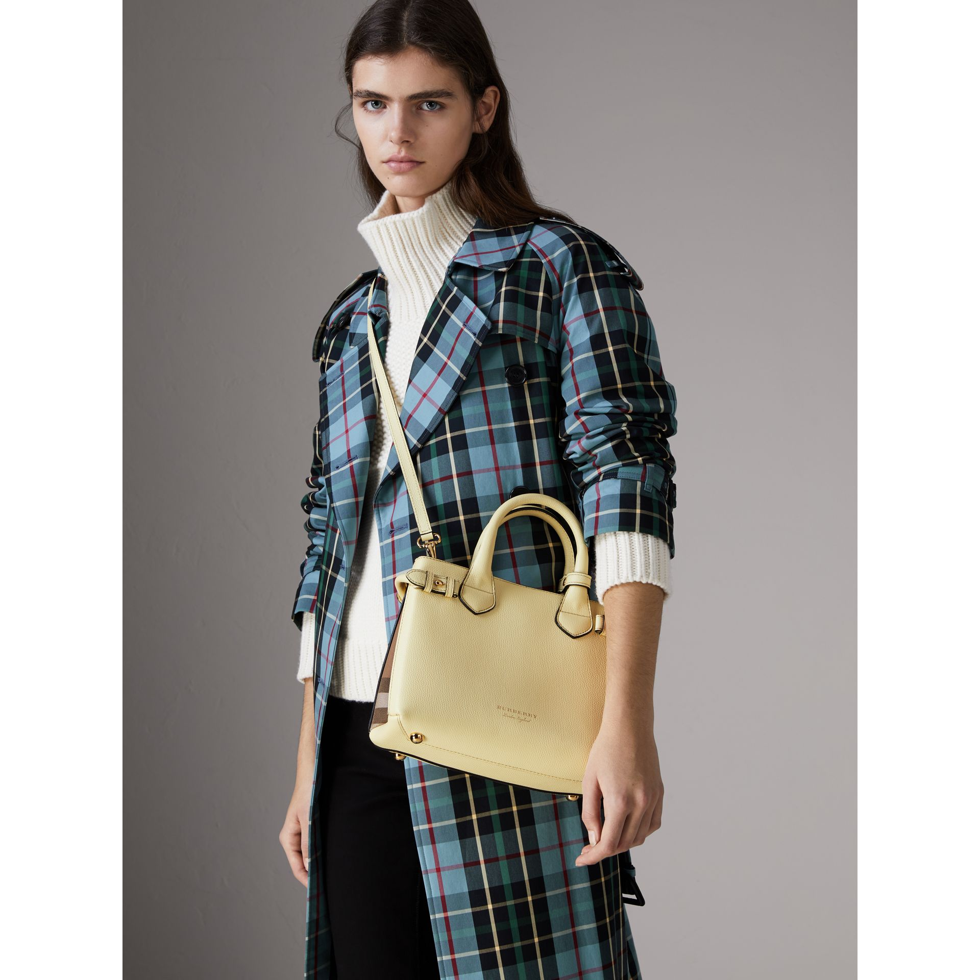 Petit sac The Banner en cuir et coton House check (Jaune Camomille) - Femme | Burberry - photo de la galerie 5