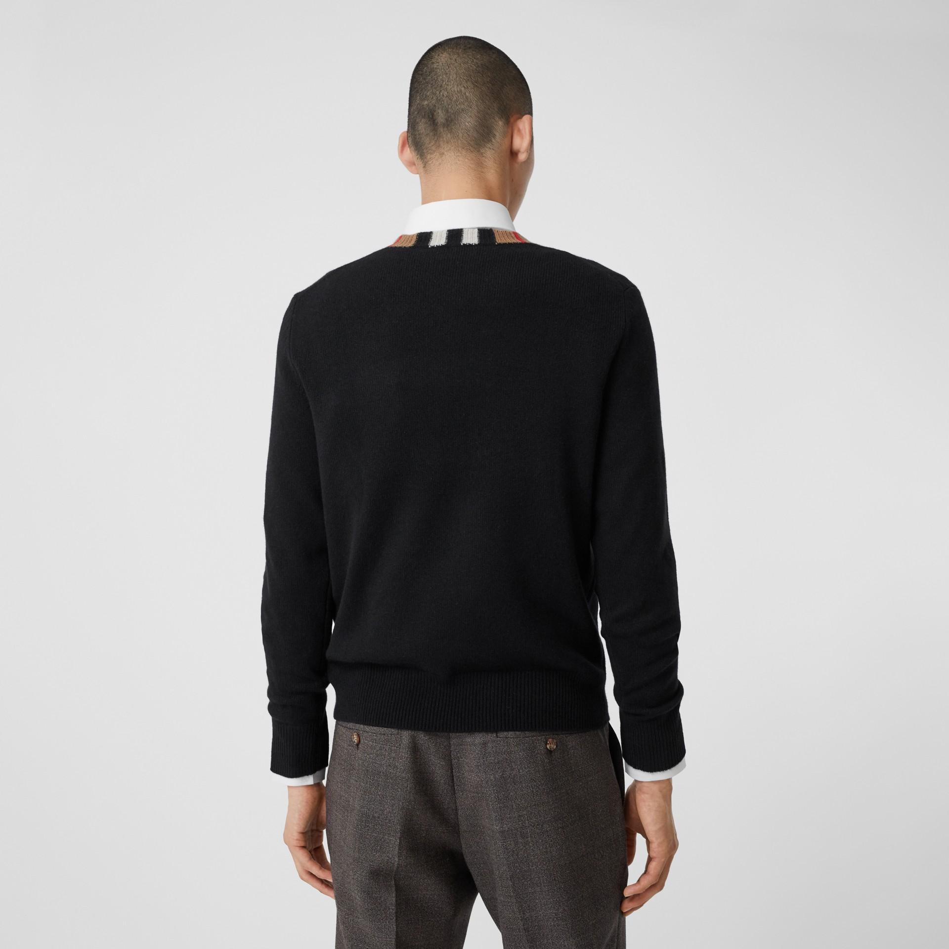 Jersey en cachemir con detalle a rayas Icon Stripe (Negro) - Hombre | Burberry - imagen de la galería 2