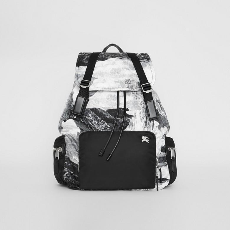 Burberry - The Extra Large Rucksack mit Fantasielandschaft - 1