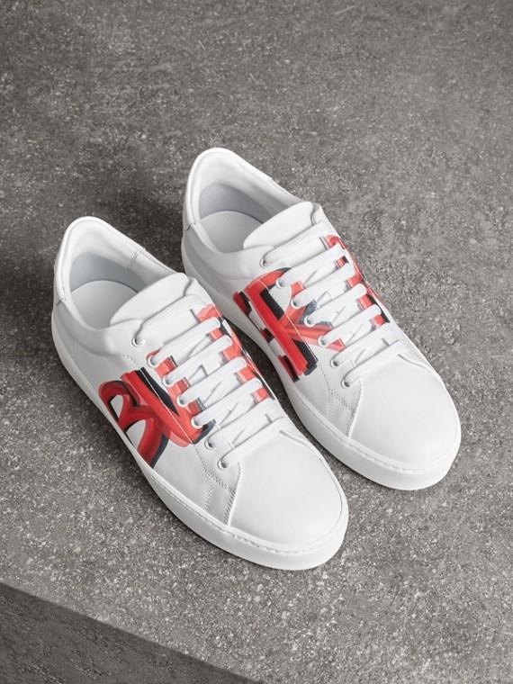 Sneakers en cuir à imprimé graffiti (Rouge Vif)