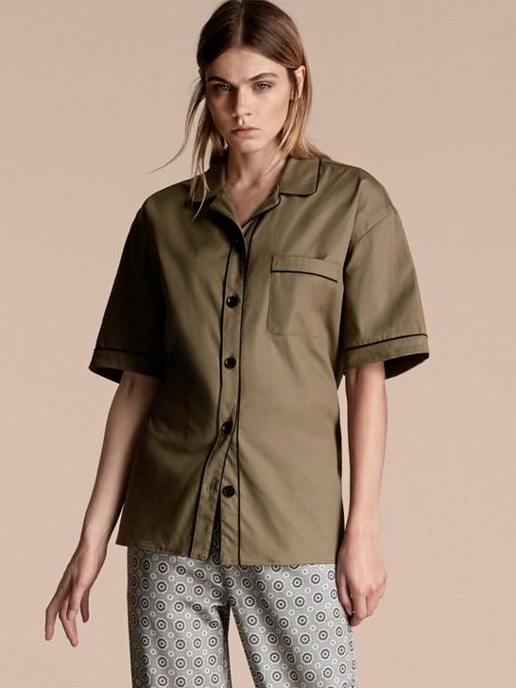 Camisa estilo pijama de algodão stretch com mangas curtas