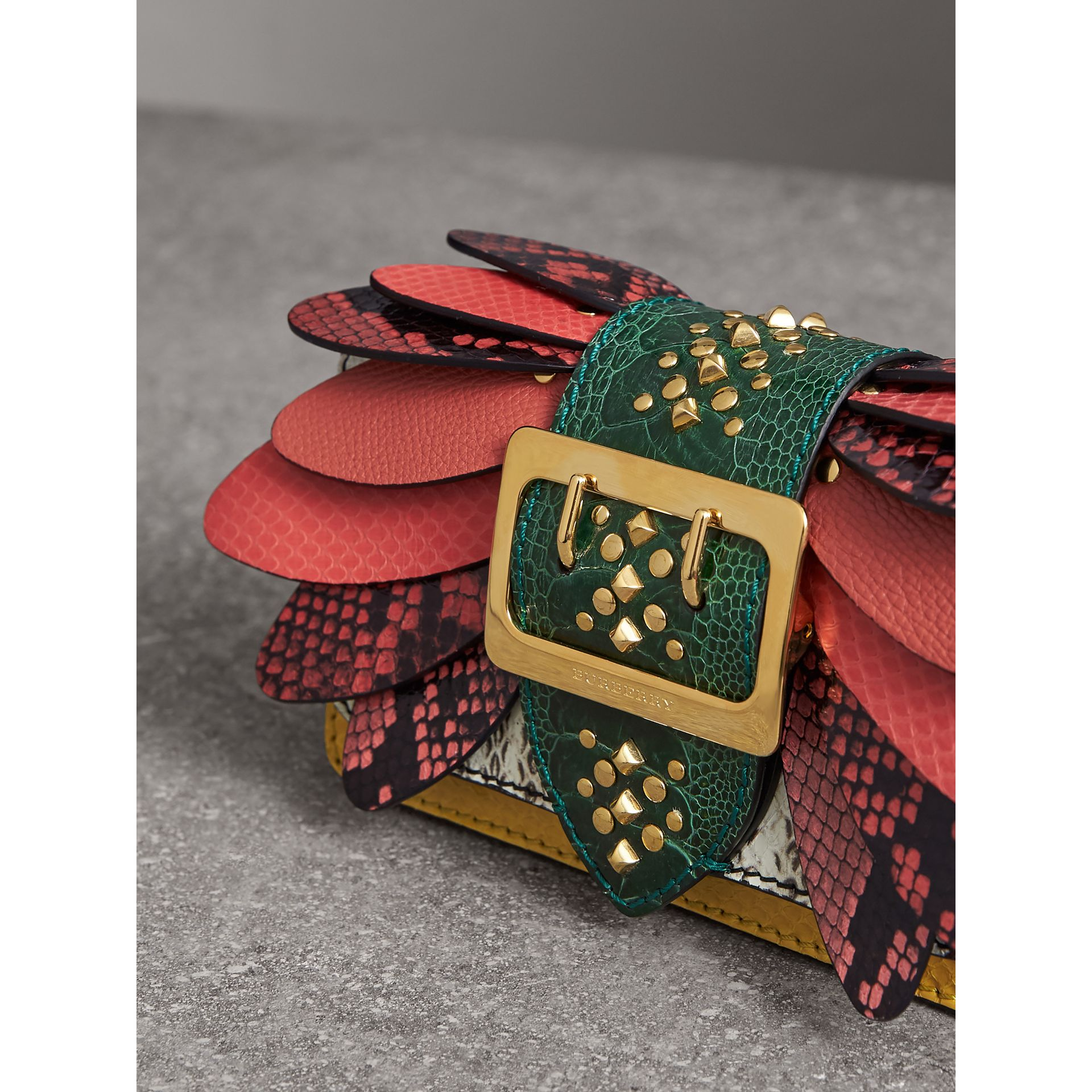 Petit sac The Buckle en peau de serpent et cuir (Jaune Agrume) - Femme | Burberry - photo de la galerie 7