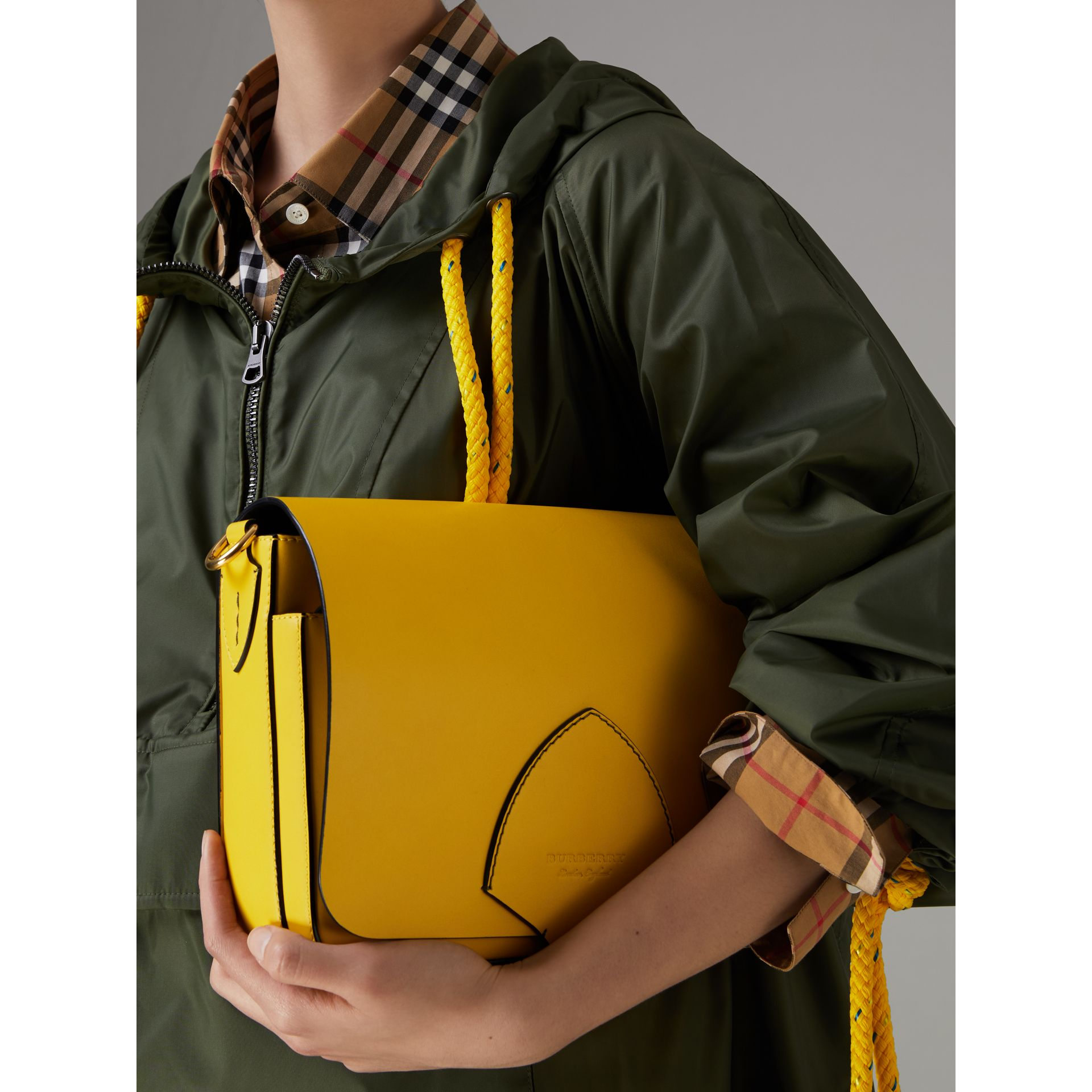 The Satchel squadrata grande in pelle (Giallo Larice Intenso) - Donna | Burberry - immagine della galleria 3