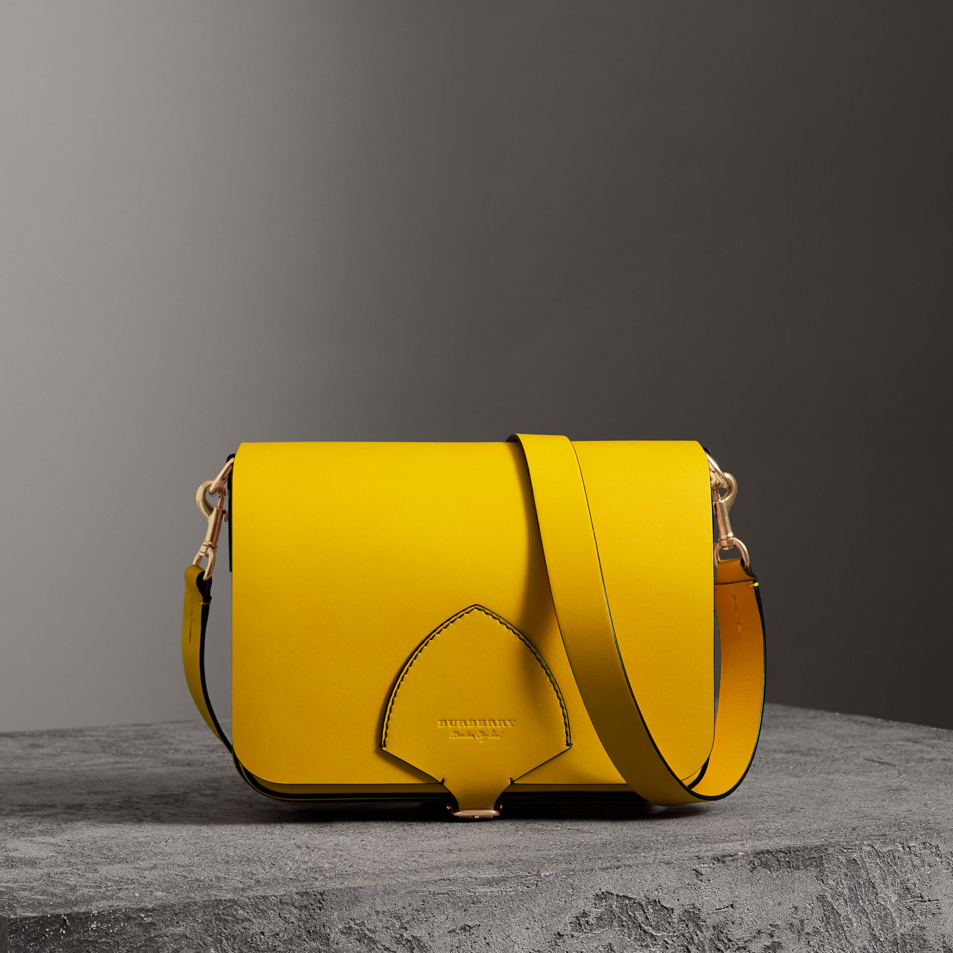 The Satchel squadrata grande in pelle (Giallo Larice Intenso) - Donna | Burberry - immagine della galleria 0