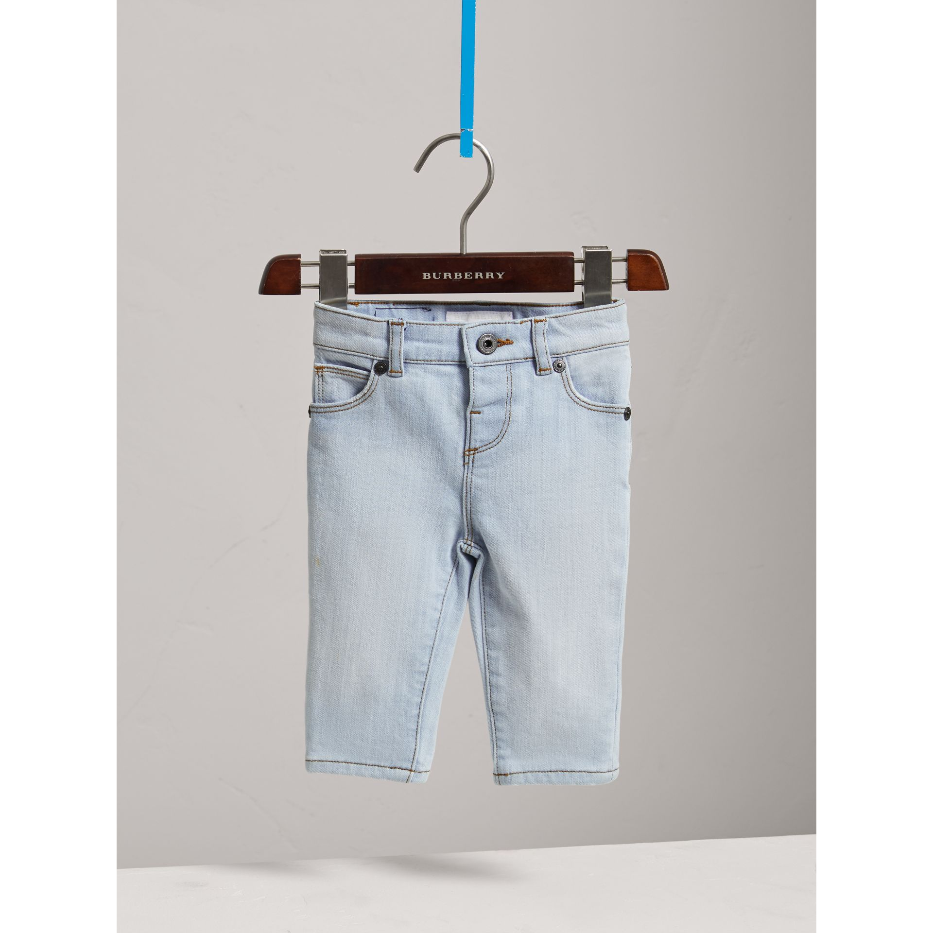 Jean skinny en denim extensible (Bleu Clair) - Enfant | Burberry - photo de la galerie 0