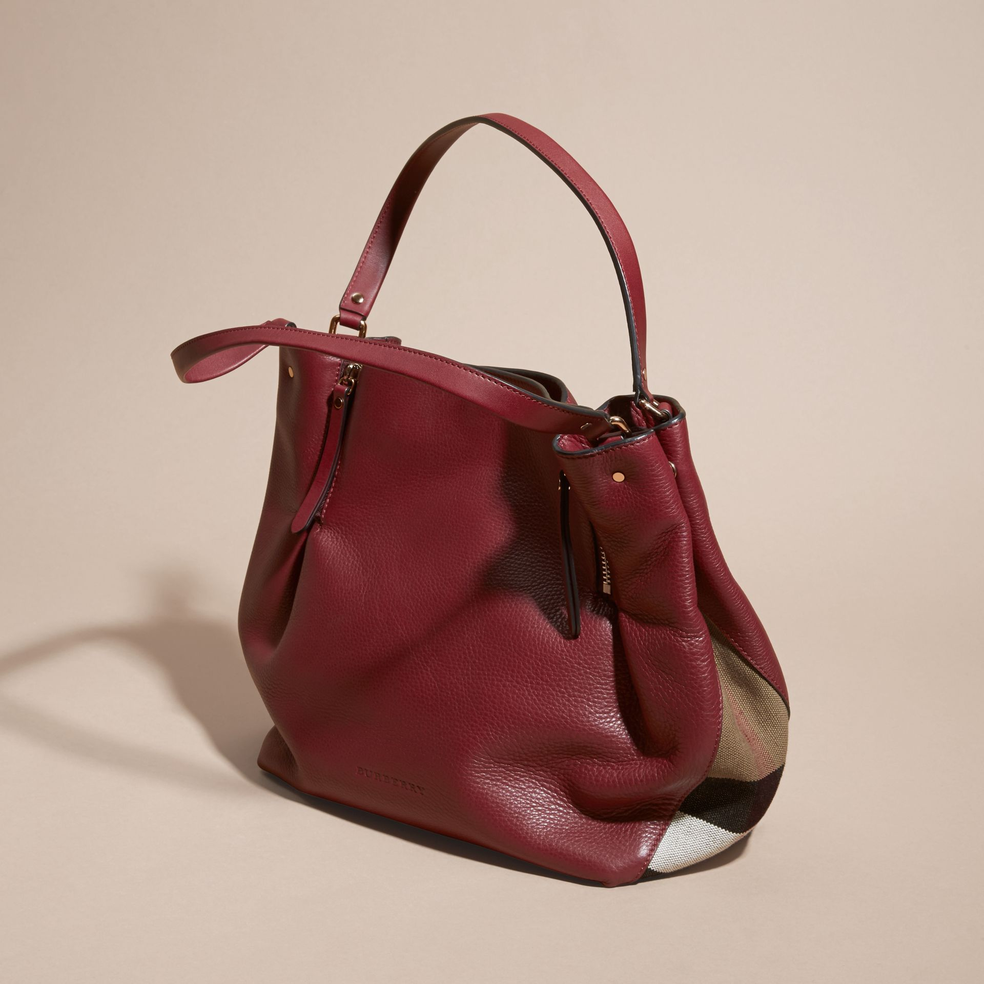 Rouge bourgogne Sac tote medium en cuir orné de touches check - photo de la galerie 7