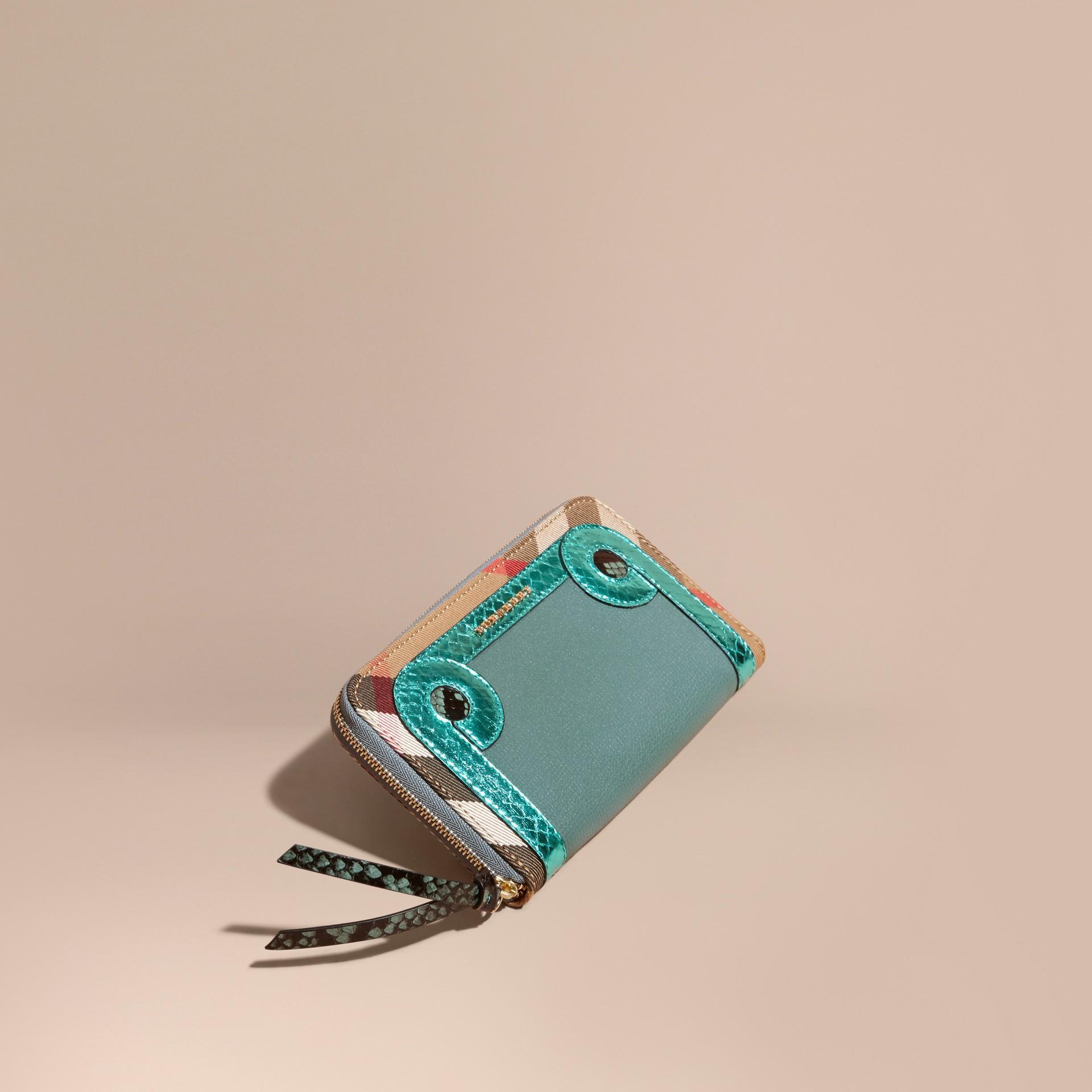 Azul celadón Cartera con cremallera perimetral en piel de serpiente y House Checks Azul Celadón - imagen de la galería 1