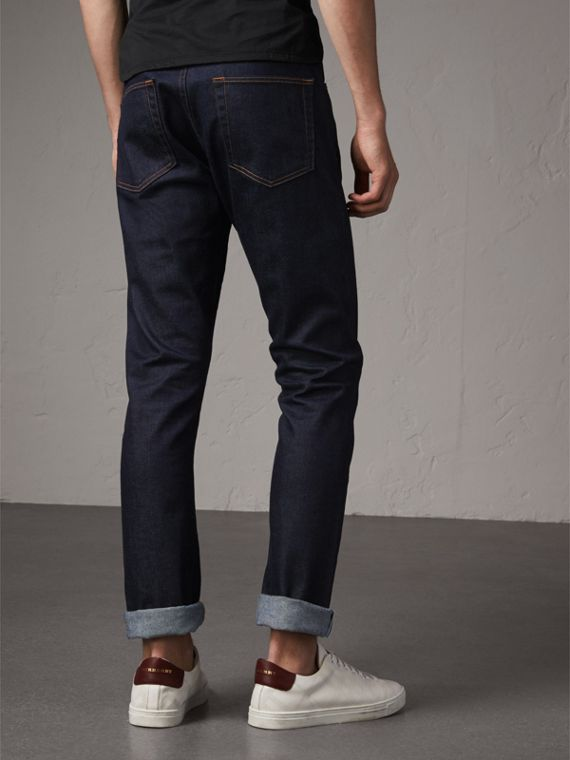 Jeans dal taglio dritto in denim cimosa stretch giapponese (Indaco Scuro) - Uomo | Burberry - cell image 2