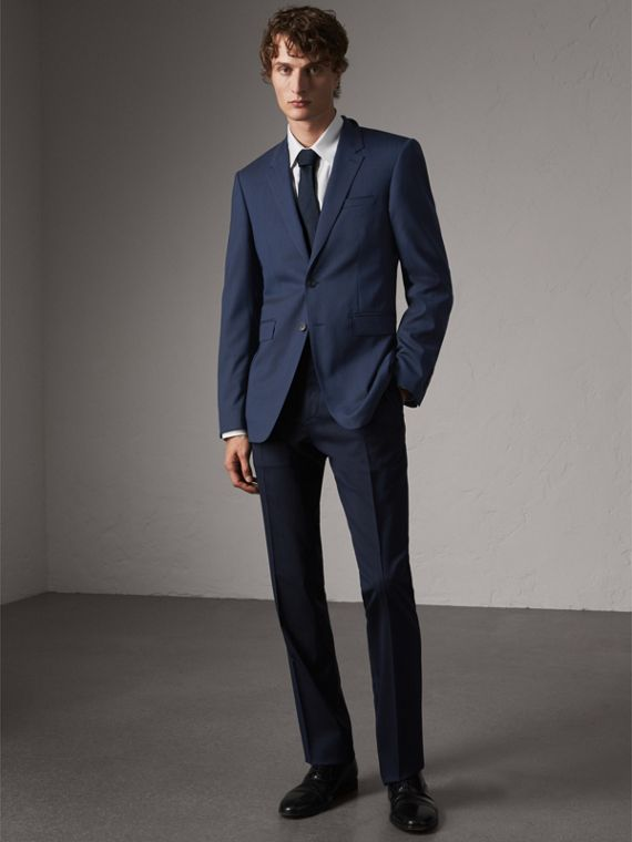Modern Fit Stretch Wool Suit in Navy