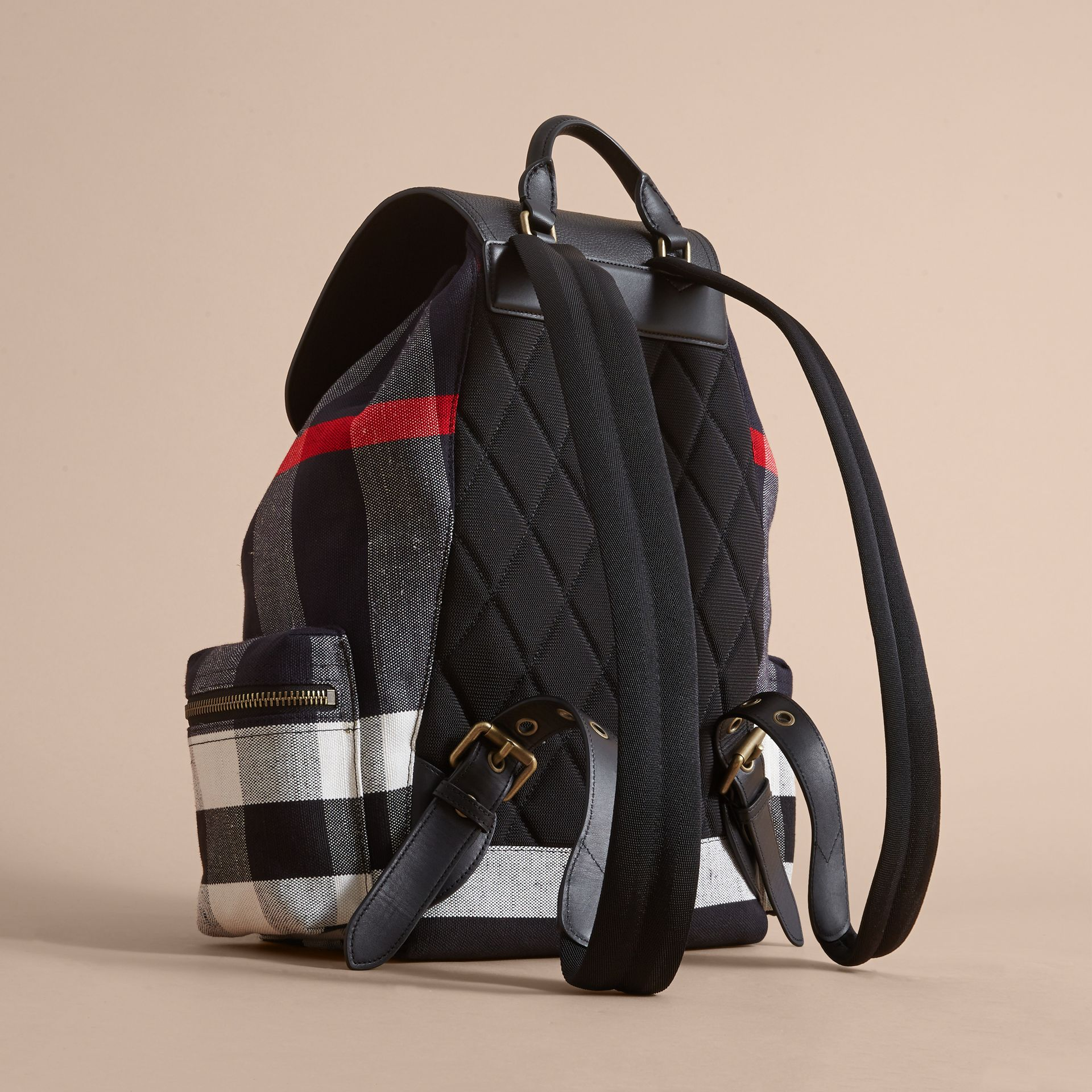 Grand sac The Rucksack en toile Canvas check et cuir (Noir) - Homme | Burberry - photo de la galerie 4