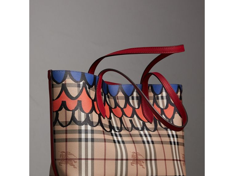 The Small Reversible Tote in Trompe L'oeil Print in Poppy Red - Women | Burberry - cell image 4
