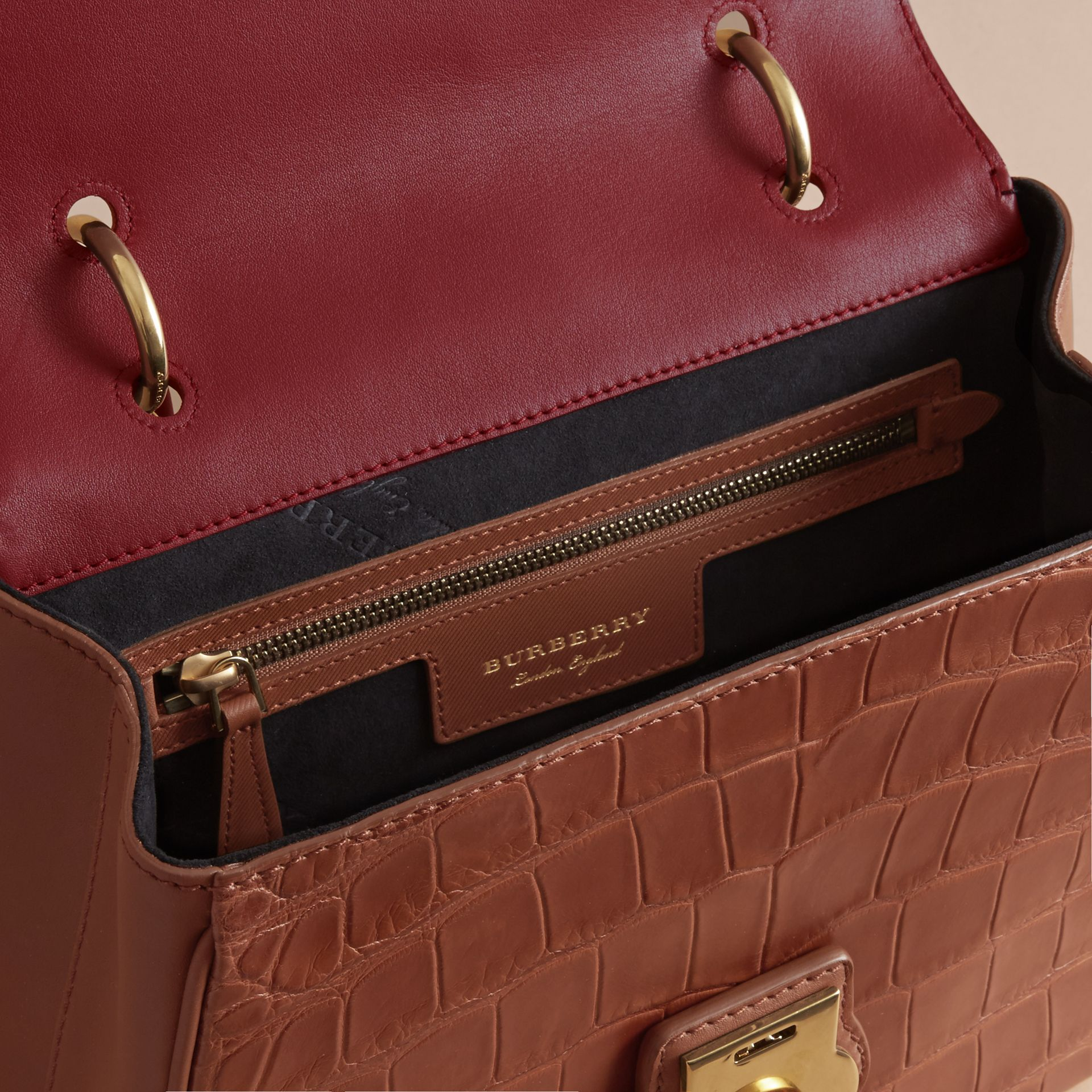 Sac à main DK88 moyen en alligator (Hâle/rouge Antique) - Femme | Burberry - photo de la galerie 5