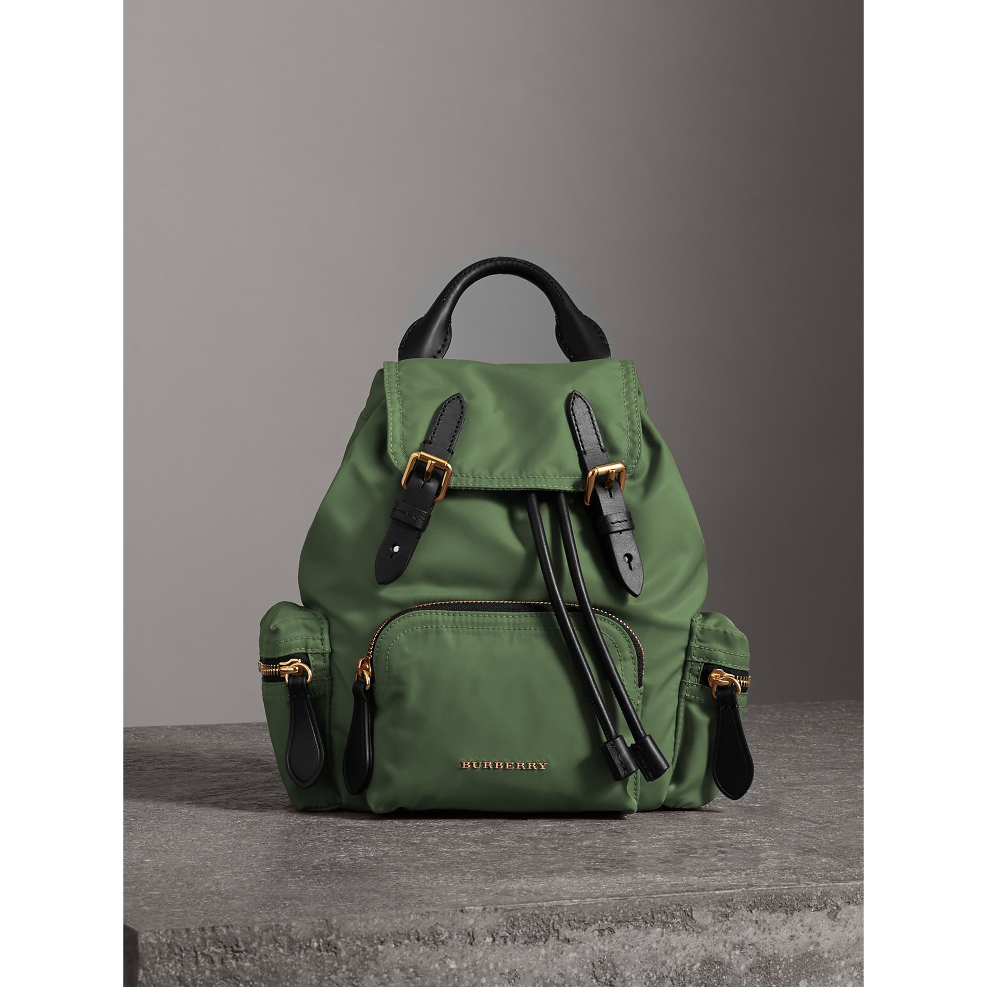 Petit sac The Rucksack à bandoulière en nylon (Vert Racing) - Femme | Burberry - photo de la galerie 8