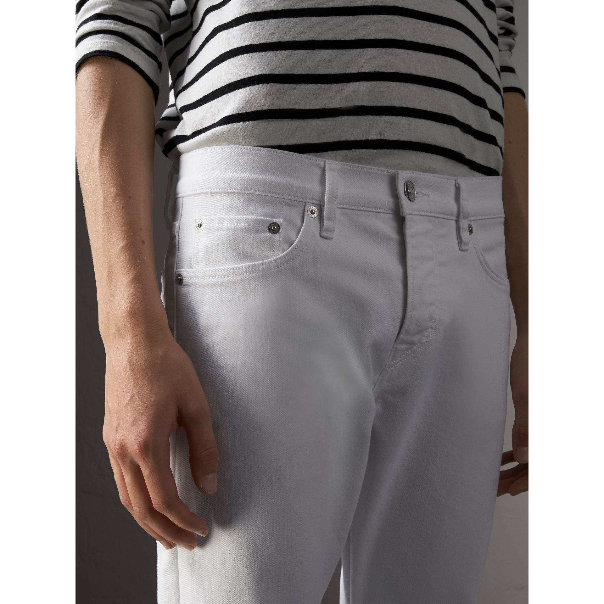Jean stretch de coupe droite en denim japonais (White) - Homme | Burberry - photo de la galerie 5