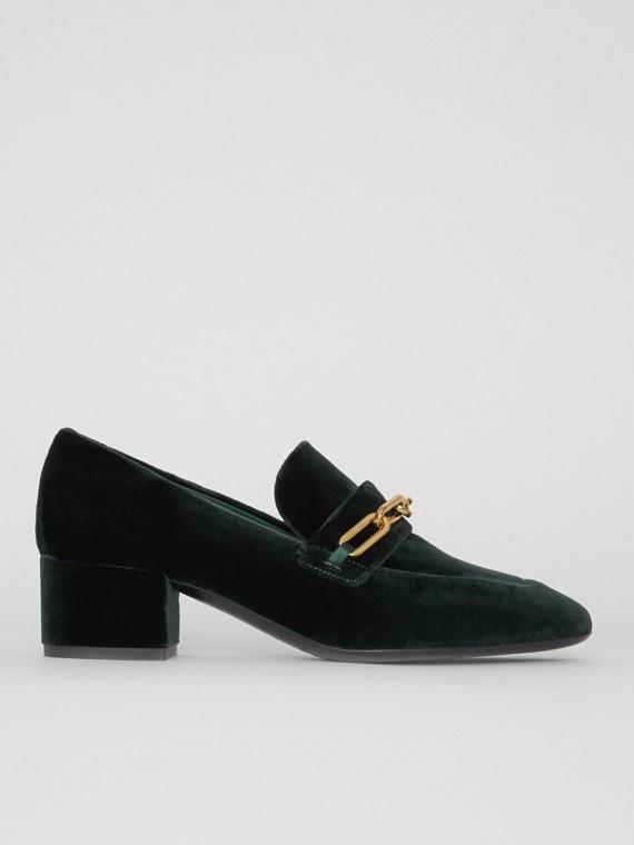 Loafers de veludo com detalhe de corrente e salto bloco (Verde Floresta Escuro)