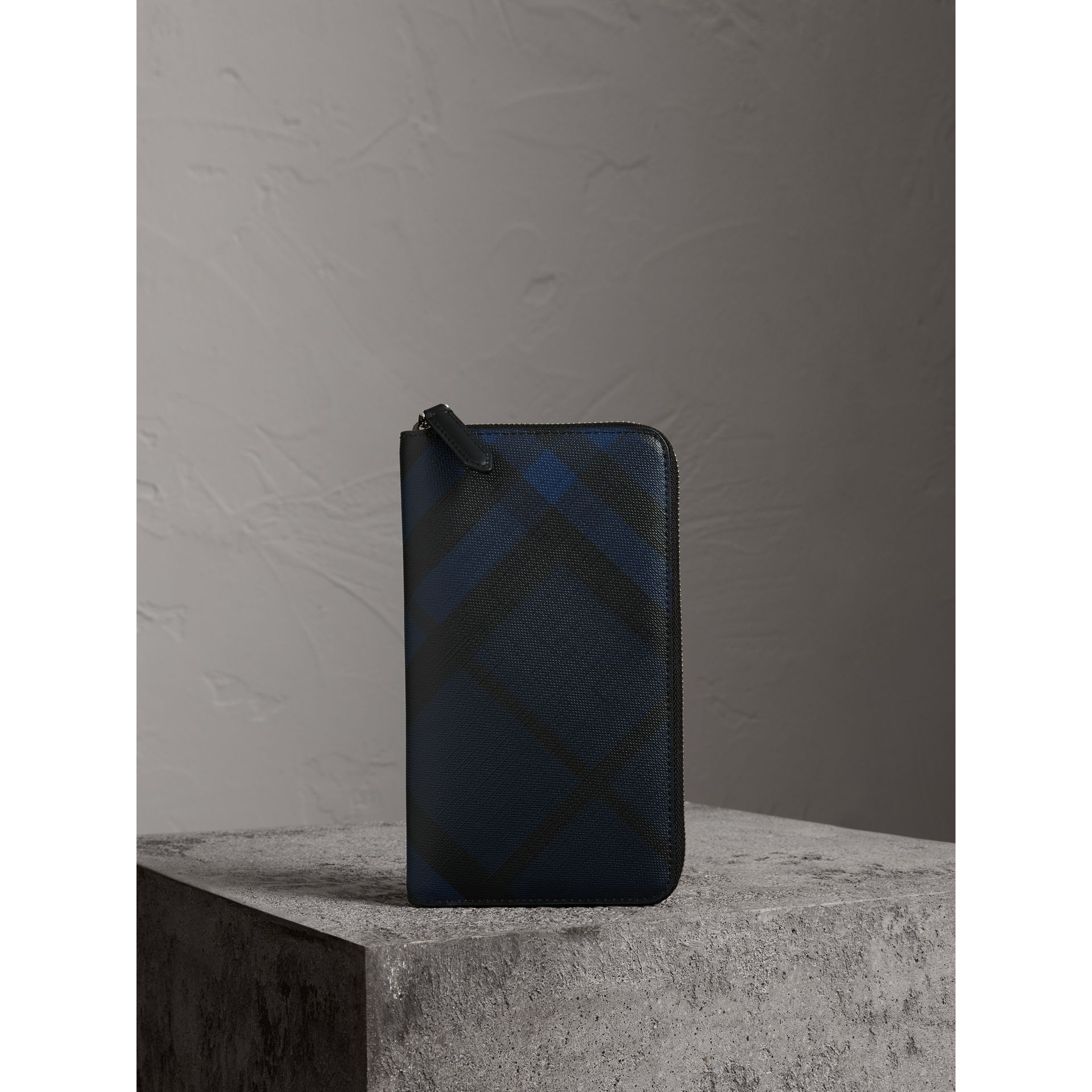 London Check Ziparound Wallet in Navy/black - Men | Burberry Hong Kong - gallery image 4