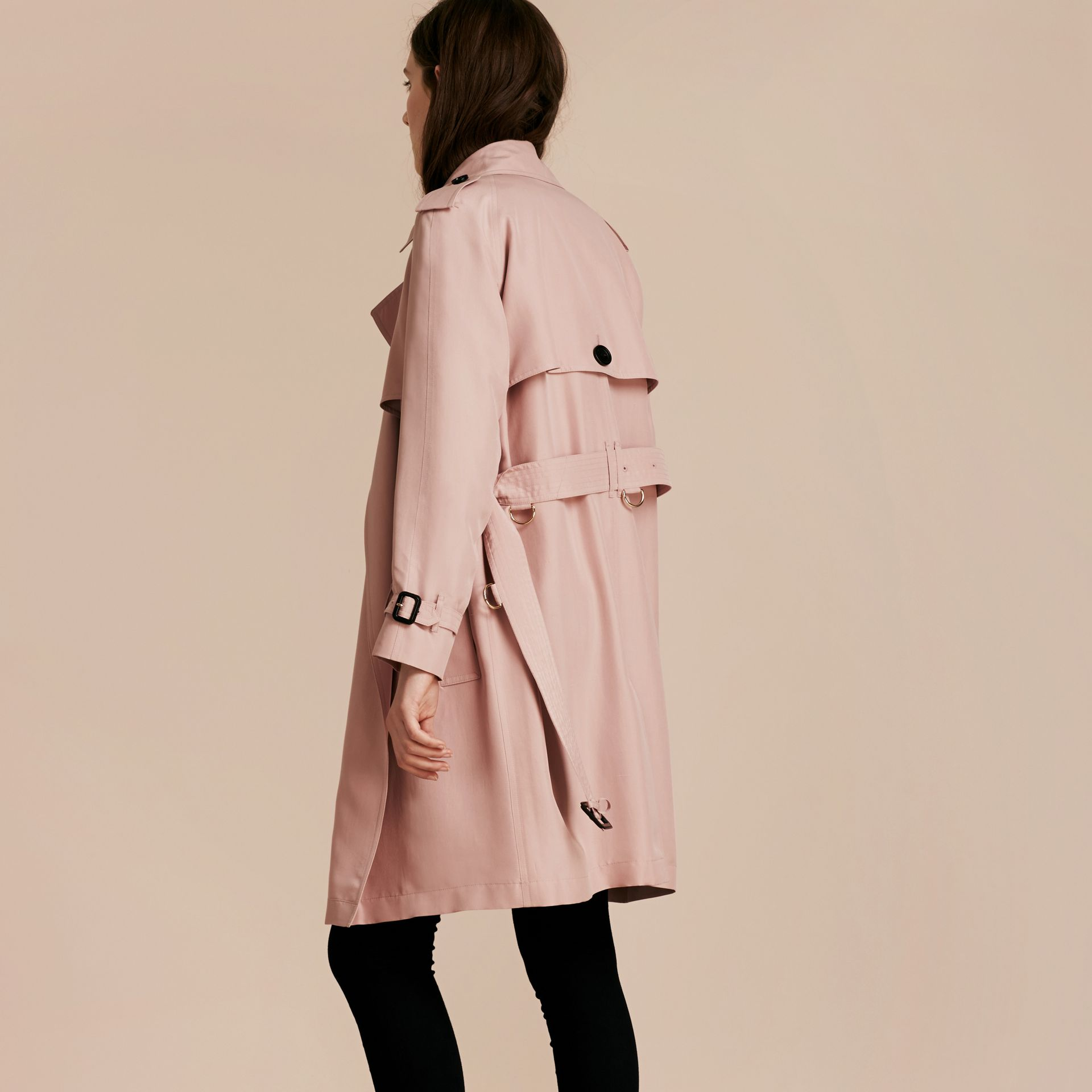 Rose craie Trench-coat portefeuille léger en soie flammée - photo de la galerie 3
