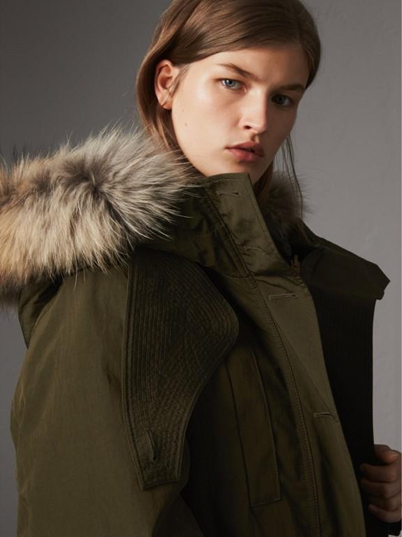 Parca com warmer com detalhe em shearling e pele de guaxinim (Verde Oliva Escuro) - Mulheres | Burberry - cell image 1