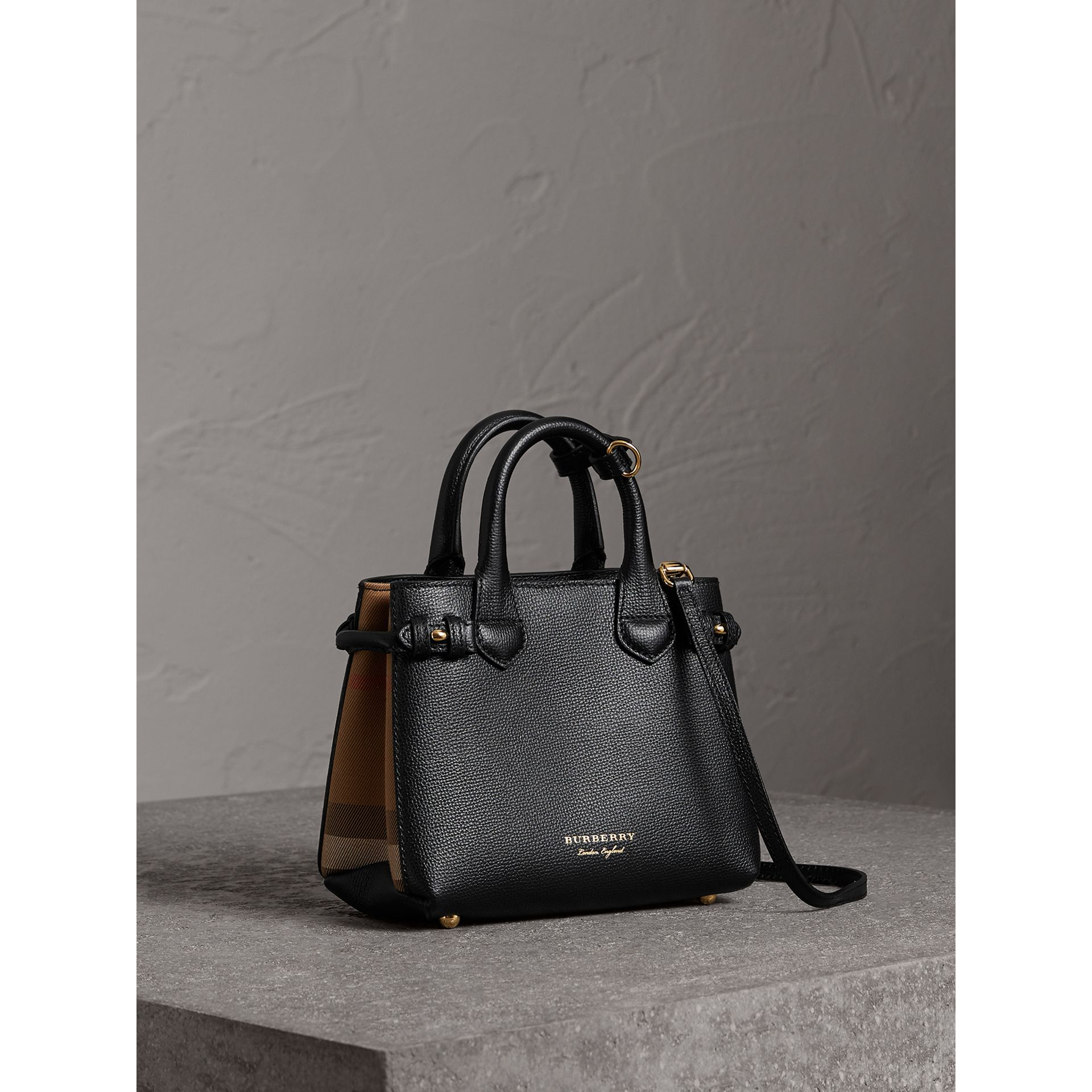 Borsa The Baby Banner in pelle con motivo House check (Nero) - Donna | Burberry - immagine della galleria 0