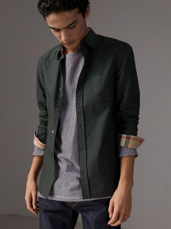 Camisa Oxford de algodão com detalhe xadrez (Verde Floresta Escuro)