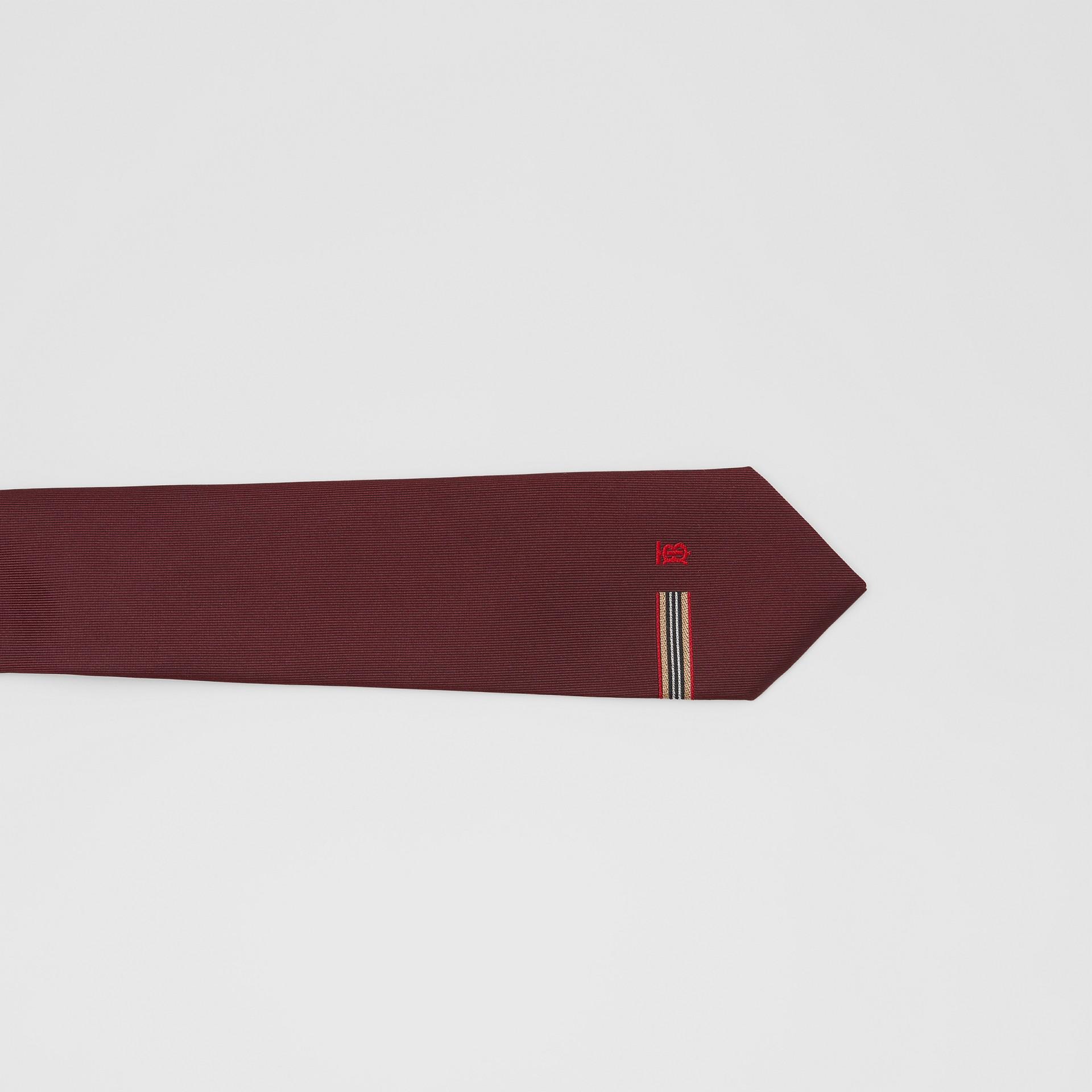 Corbata de pala clásica en seda con detalle a rayas Icon Stripe y monograma (Granate) - Hombre | Burberry - imagen de la galería 1