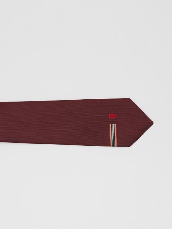 Corbata de pala clásica en seda con detalle a rayas Icon Stripe y monograma (Granate) - Hombre | Burberry - cell image 1