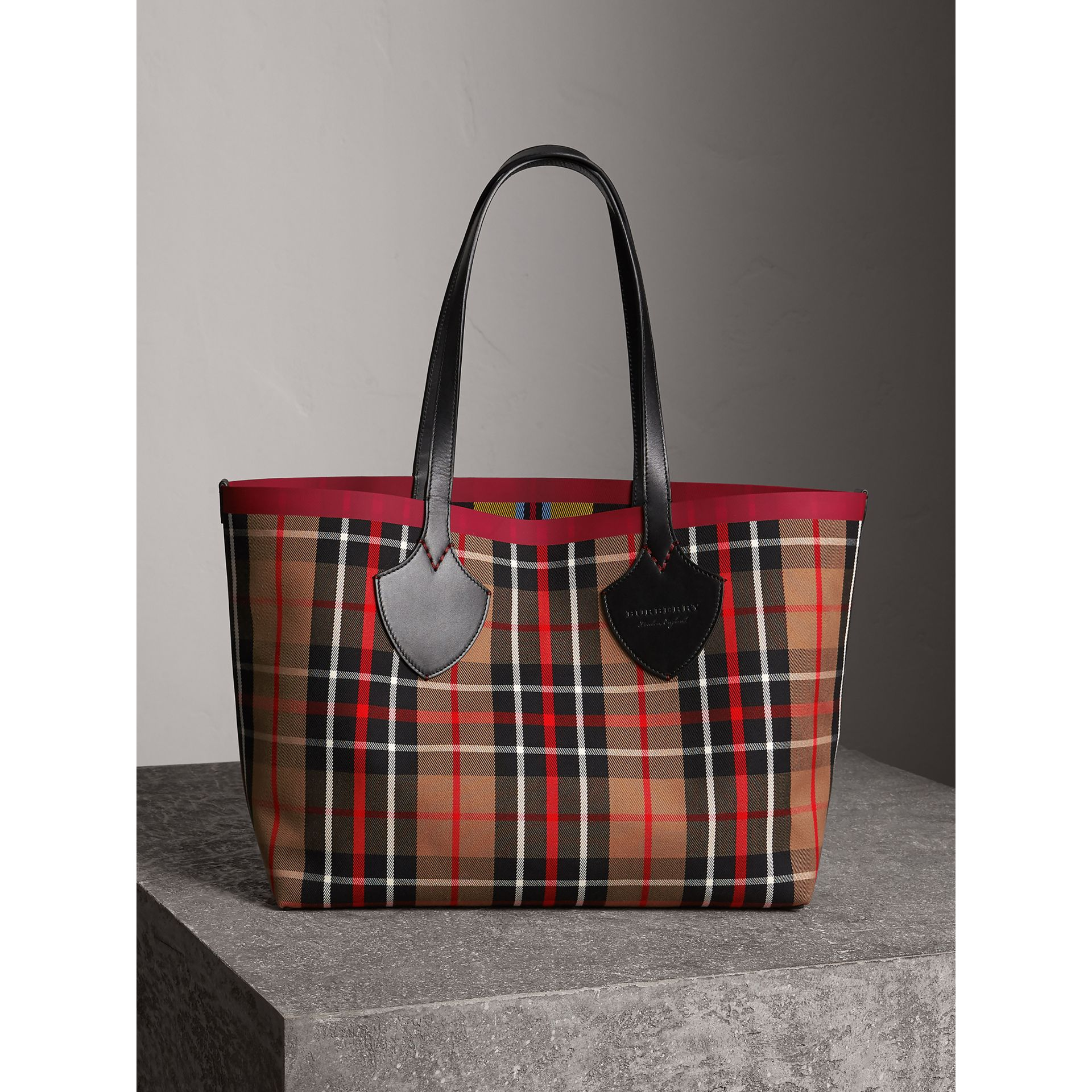 Borsa tote The Giant media double face in cotone con motivo tartan (Caramello/giallo Lino) | Burberry - immagine della galleria 1