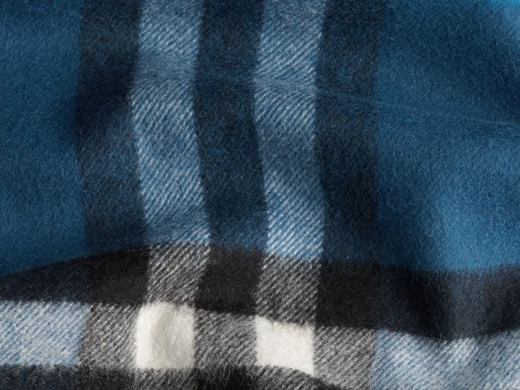 Marine blue The Classic Cashmere Scarf in Check Marine Blue - cell image 4