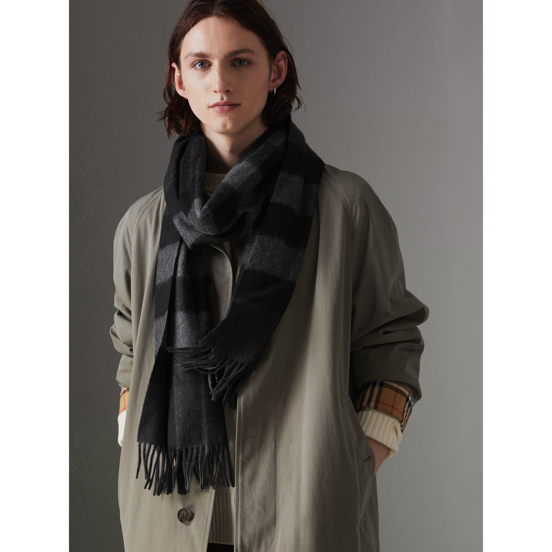 The Large Classic Cashmere Scarf in Check in Charcoal | Burberry United Kingdom - gallery image 4