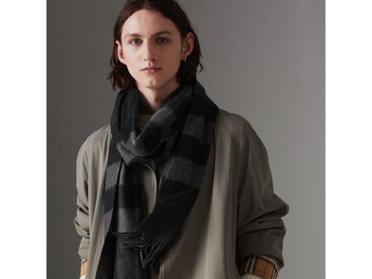 The Large Classic Cashmere Scarf in Check in Charcoal | Burberry United Kingdom - cell image 4