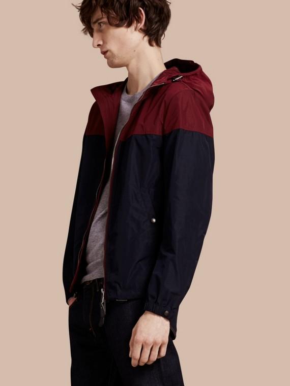 Jaqueta de tecido tecnológico com estampa colour block e capuz