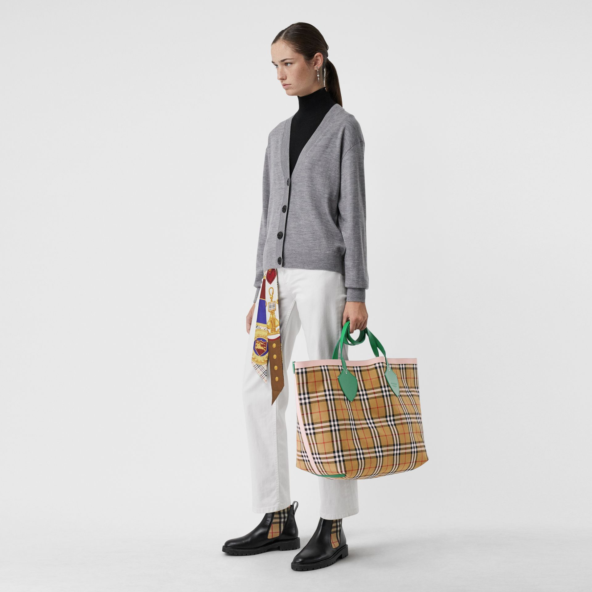 The Giant Reversible Tote in Vintage Check in Palm Green/pink Apricot - Women | Burberry Canada - gallery image 2