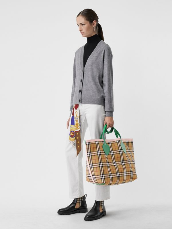The Giant Reversible Tote in Vintage Check in Palm Green/pink Apricot - Women | Burberry Hong Kong - cell image 2