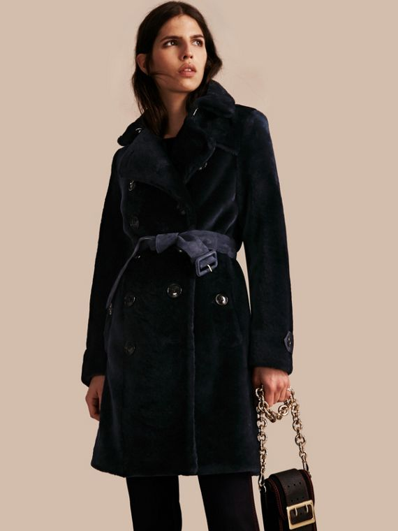Trench-coat à double boutonnage en shearling