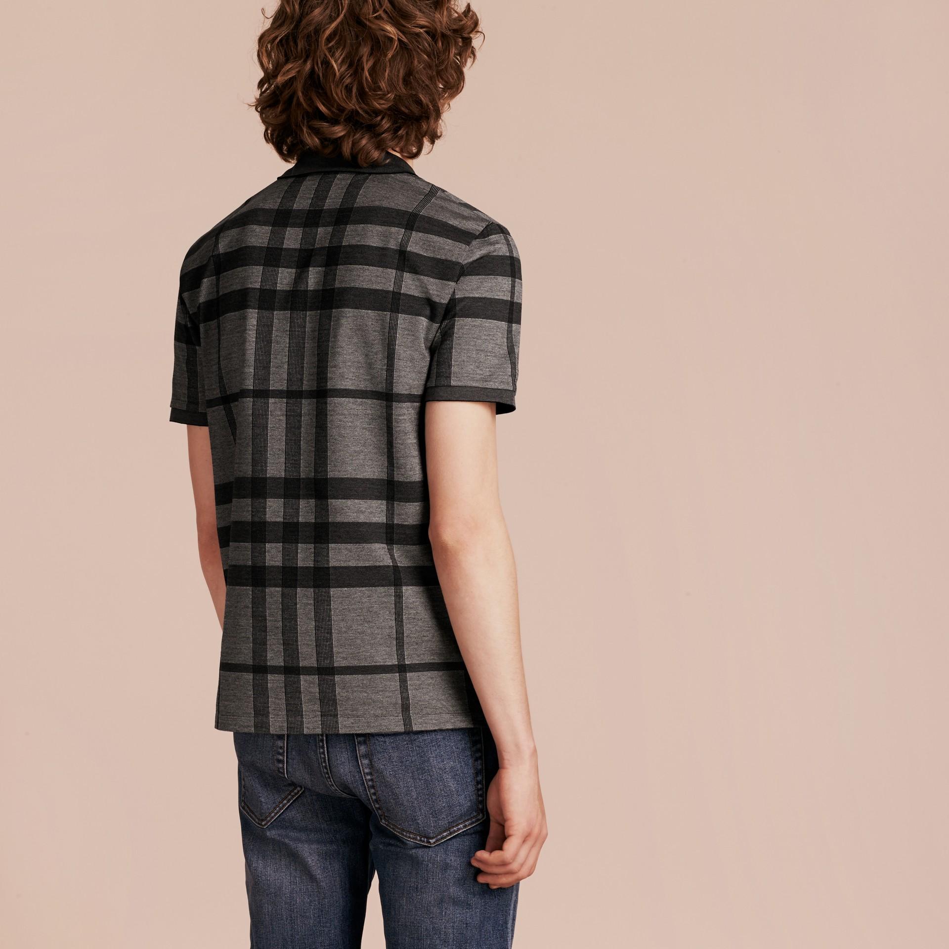 Mittelgrau Poloshirt aus Stretchbaumwolle mit Check-Muster Mittelgrau - Galerie-Bild 3