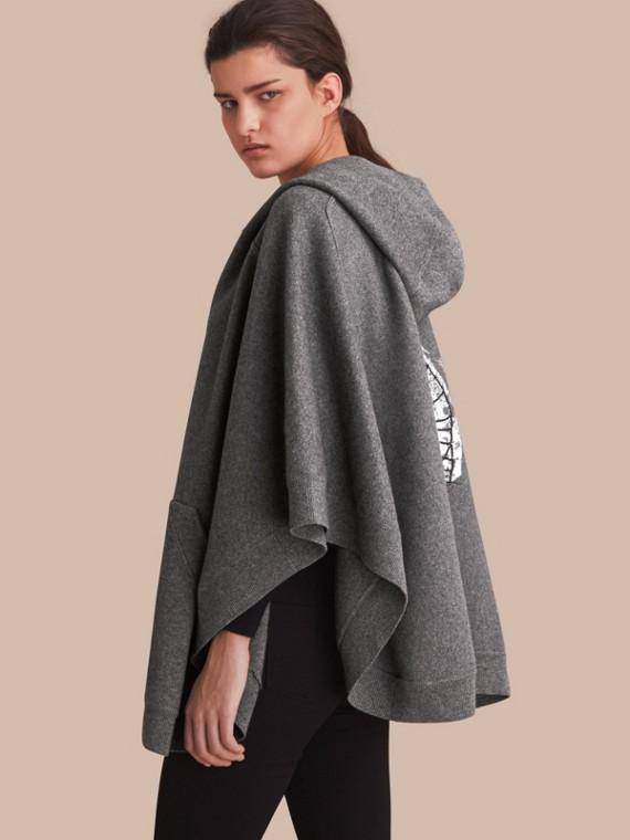 Poncho con cappuccio in lana e cashmere con motivo Pallas Helmet