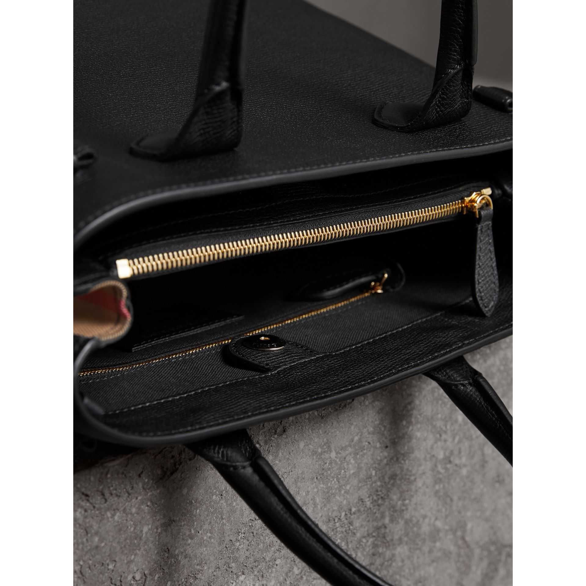 Sac The Banner moyen en cuir et coton House check (Noir) - Femme | Burberry Canada - photo de la galerie 5